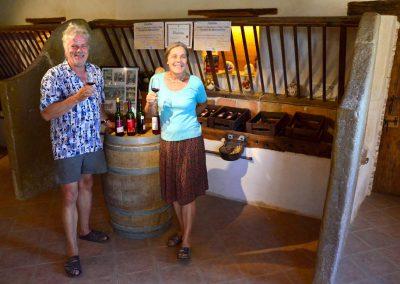 Roland et Ulrike Hoppenstedt dans la boutique en pleine dégustation