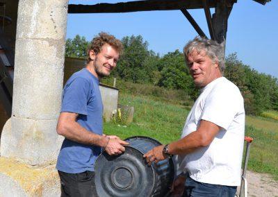 Nicolas et Roland réceptionnent les raisins au chai
