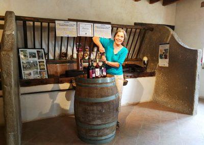 Ulrike dans la boutique installée dans l'ancienne étable des vaches