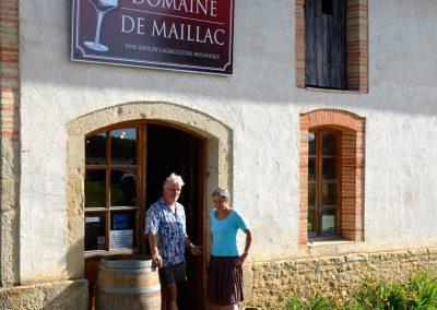 Roland et Ulrike Hoppenstedt devant leur boutique au Domaine de Maillac